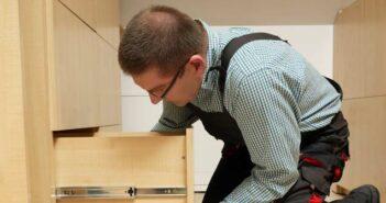 Einbaumöbel vom Schreiner und Tischler: was leistet Massarbeit in Küche und Wohnzimmer?