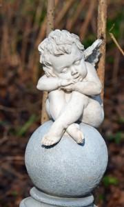 """Steinfigur """"Putte"""": Die Englein, sie schlafen … auf einer Kugel im Garten"""