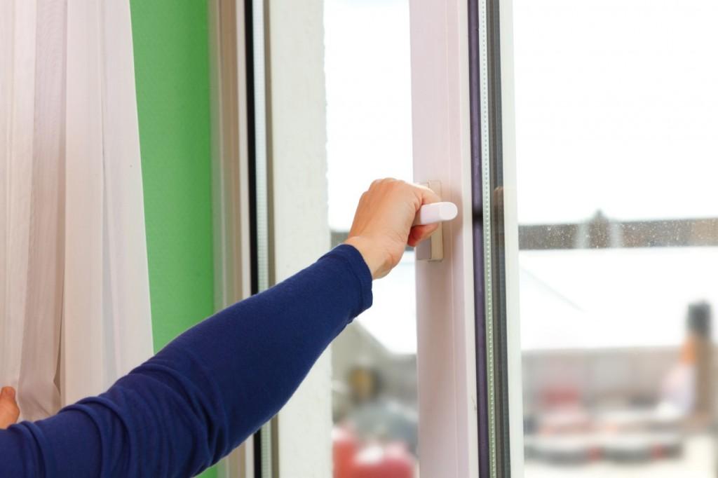 Ein einfacher Weg, trockene Luft im Raum zu beseitigen ist das Stoßlüften. Ein Schwall frischer Luft von draußen bringt neben viel Sauerstoff auch eine angemessene Luftfeuchtigkeit in den Raum. (#1)