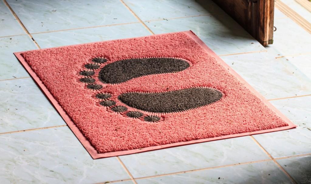 Warum begrüßen Sie Ihre Gäste nicht mit einer solchen Fußmatte? Von Barfüßen bis zum lachenden Gesicht gibt es viele Fußmatten-Motive, die Ihre Gäste schmunzeln lassen. (#1)