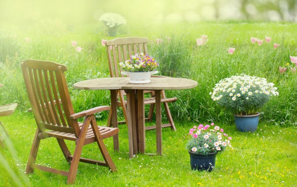 Wenn Sie Tisch & Stühle aus Teakholz wählen, sitzen Sie nichtnur auf sehr wetterbeständigen Gartenmöbeln, die sicher auch noch im nächsten Jahr vorzeigbar aussehen werden. Teakholz fühlt sich dank seiner besonderen Oberfläche auch sehr gut an. (#1)