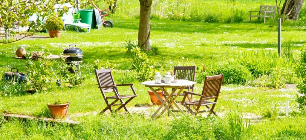 Garten & Landhausstil, das ist viel Grün. Wer einen großen Garten sein Eigen nennen darf, kann hier aus dem Vollen schöpfen. Das Mobiliar sollte entweder aus dem sehr beständigen Teak-Holz oder aus Rattan gefertigt sein. (#3)