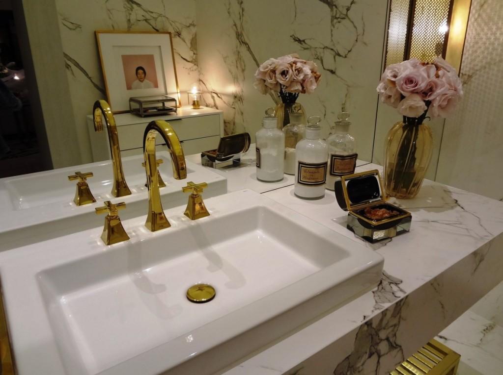Das Waschbecken ist immer ein zentraler Punkt des Interesses. Es ist das Einrichtungsstück und die Sanitäranlage, die am häufigsten genutzt wird. Günstig renovieren heißt natürlich, auf Gold zu verzichten (mal schauen darf man aber trotzdem) aber Silber wirkt oft auch sehr schön. (#3)