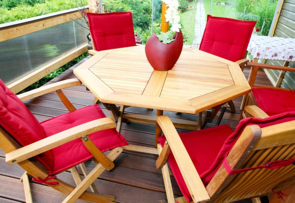 Was macht eine gemütliche Terrasse aus? Das Beisammensein? Das Ambiente, die Möbel? Na, es ist eine Vielzahl kleiner Dinge, die darauf Einfluss hat. Holzmöbel auf der Terrasse sind jedenfalls sehr förderlich. In diesem Beispiel sorgt die Farbe Rot der Sitzkissen jedenfalls für eine Stimmung der Wärme - und die tut jedem Beisammensein gut. (#4)