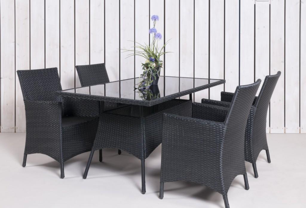 Besonders stylisch wirken Rattan-Möbel in edlem Anthrazit. Wer sie auf seine weiße Terrasse stellen kann, bringt sie bestmöglich zur Geltung. (#5)