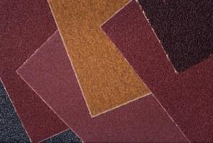 Großes Kaliber sind Sandpapier und Schleifpapier vor allem dann, wenn das Etikett fest auf dem Werkstück klebt. Aber aufpassen: wenn die umliegende Oberfläche wertvoll ist und erhalten bleiben soll, dann sollte man darauf achten ausschließlich das Etikett zu lösen. (#5)