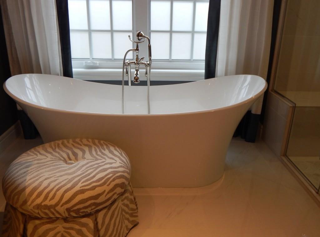 Eine freistehende Badewanne ist für Viele der Inbegriff von Luxus. Man benötigt viel Freiraum um die Badewanne herum. Auch wichtig: in welchem Stil wünscht man seine Wanne? Retro, am Ende gar in blankem Metall? Oder modern, in eine zylindrische Keramik integriert? Dieses Foto zeigt eine freistehende Badewanne, die sich irgendwo dazwischen angesiedelt hat. (#6)