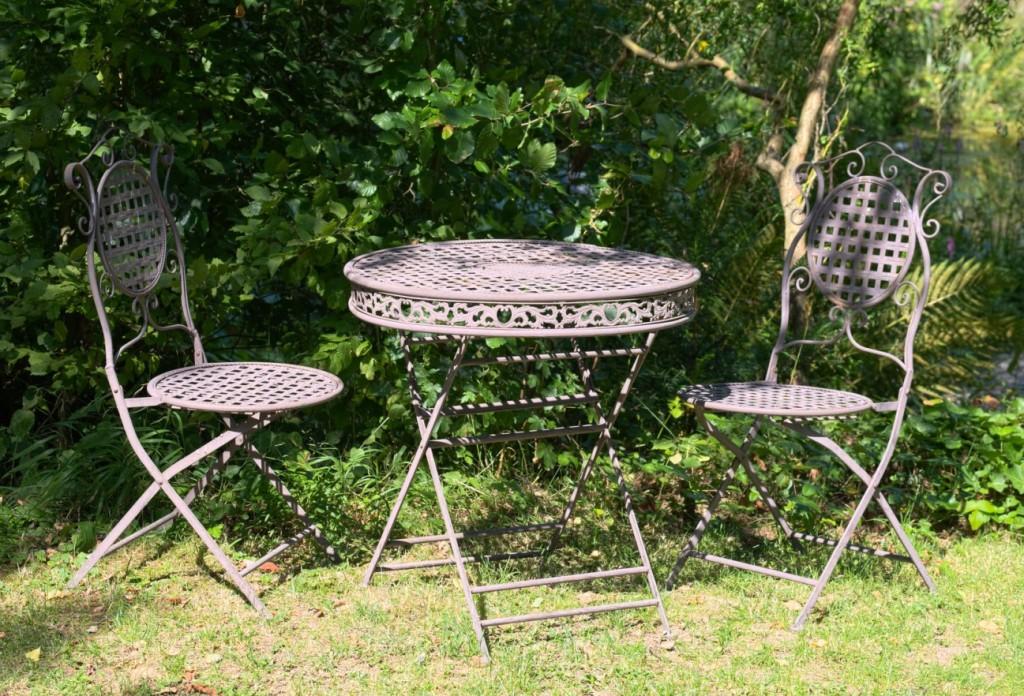 Aus Omas Zeit stammen Möbel, die noch aus Eisenguss gefertigt wurden. Das ist mehr als nur Retro. Es bringt die Stimmung aus der guten alten Zeit in den Garten und man sieht Oma Else persönlich dort sitzen. Gusseiserne Stühle und Tische für den Garten kommen gerade wieder ganz groß in Mode. (#6)