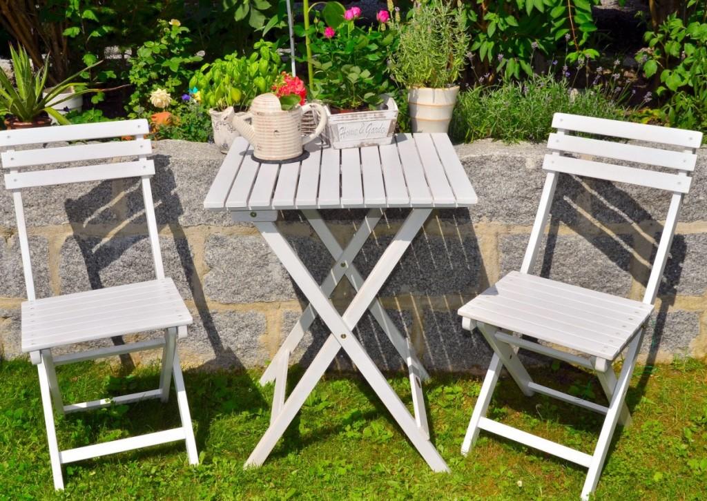 Ich weiß ja nicht, wie es Ihnen geht. Aber bei mir lösen weiße Gartenmöbel aus Holz stets Erinnerungen an ein Ostseebad aus. Ich höre das Meer rauschen und halte mir eine Muschel ans Ohr. Die weiß lackierten Stühle aus Holz sind hell und freundlich. Auf dem ebenfalls weiß lackierten Tisch können Bumen erstrahlen. Ob in einem kleinen Blumenkasten oder in einer schmucken Vase. (#8)