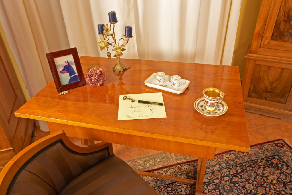 Biedermeier Möbel ohne großen Schnickschnack: Tisch in bestem Zustand und ohne Schnörkel (#2)