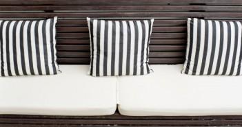 Warum darf nur ein Sessel Streifen tragen? Kissen und Sofas haben das gleiche Recht auf geordnete Farbe. Wir zeigen einige freche Gesellen, die eure Wohnung ordentlich aufmöbeln.