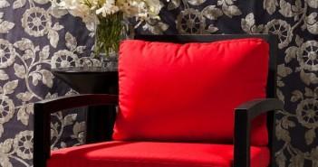 Der rote Stuhl... Was könnte der Gemütlichkeit und Besinnlichkeit eines gepolsterten roten Stuhls ein besseres Widerlager geben als der Hauch der Leidenschaft, der die gleichen roten Polster umschließt, die eben noch von Entspannung und Verträumtheit kündeten. Rote Stühle versprechen, was die die Be-Sitzer umgibt.