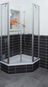 Duschen in einer Duschkabine mit hohem Einstieg als Blickfang