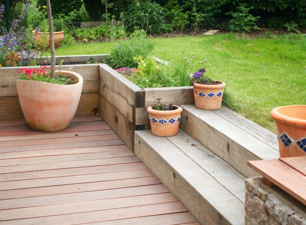 Kleine Holztreppe als Abgrenzung der Terrasse (#2)