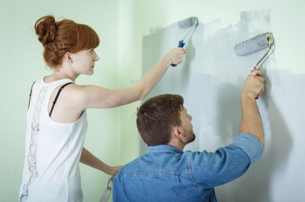 Gemeinsam für schönes Wohnen: zusammen Malern macht Spaß! Und die Wand ist früher fertig gestrichen…