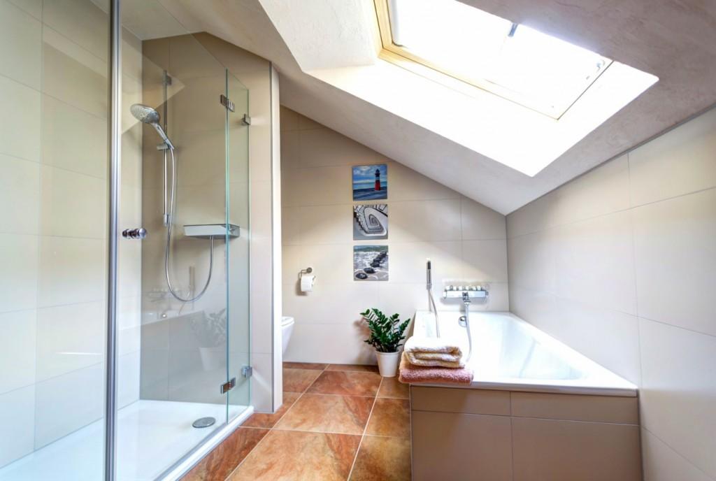 Wohnung Dachgeschoss: Einbauen langer Duschwände nötig. Komfortables Duschen im halben Raum mit Schräge