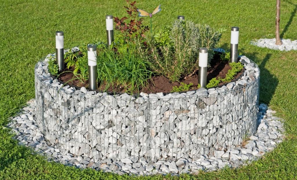 Gabionen-Kräuterhochbeet, oder auch eine Steineinfassung für Stauden. Bitte den Schmetterling beachten. (#4)