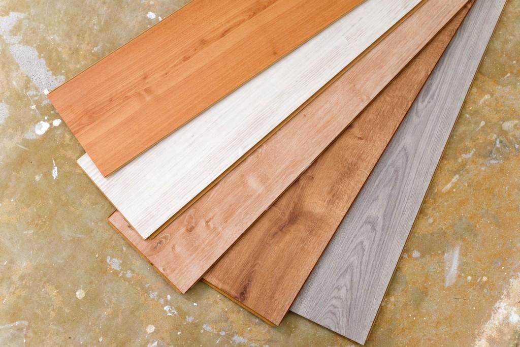 Laminatboden in verschieden Farben: Angefangen von der typischen Optik im Stile eines Parketts über breite Laminatbretter aus Holz oder Kunststoff bis hin zur Steinoptik ist alles vertreten. (#01)