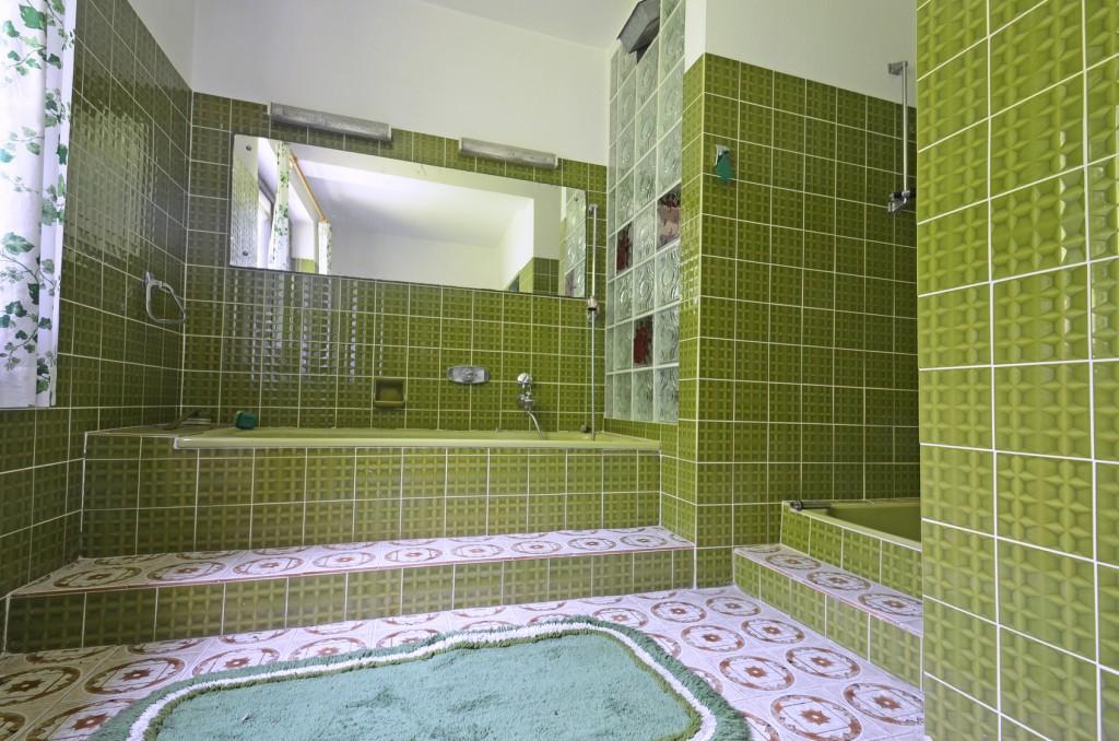Ein altes Bad: Hier funktioniert zwar noch alles - aber schön und zeitgemäß ist dieses Bad schon lange nicht mehr. (#02)