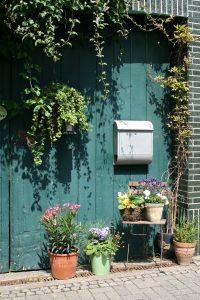 Wer in seinem Garten nicht nur mit Pflanzen Highlights setzen möchte, kann auch mit Dekorationen in verschiedenen Stilrichtungen den Außenbereich gestalten. (#05)
