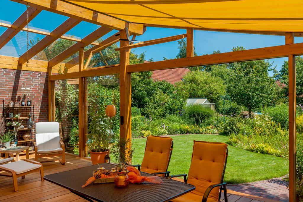 Um sich auch seitlich vor fremden Blicken zu schützen, sollten Sichtschutzwände, beispielsweise aus Holz, aufgestellt werden – frei bleibt somit nur die herrliche Sicht direkt in den Garten. (#10)