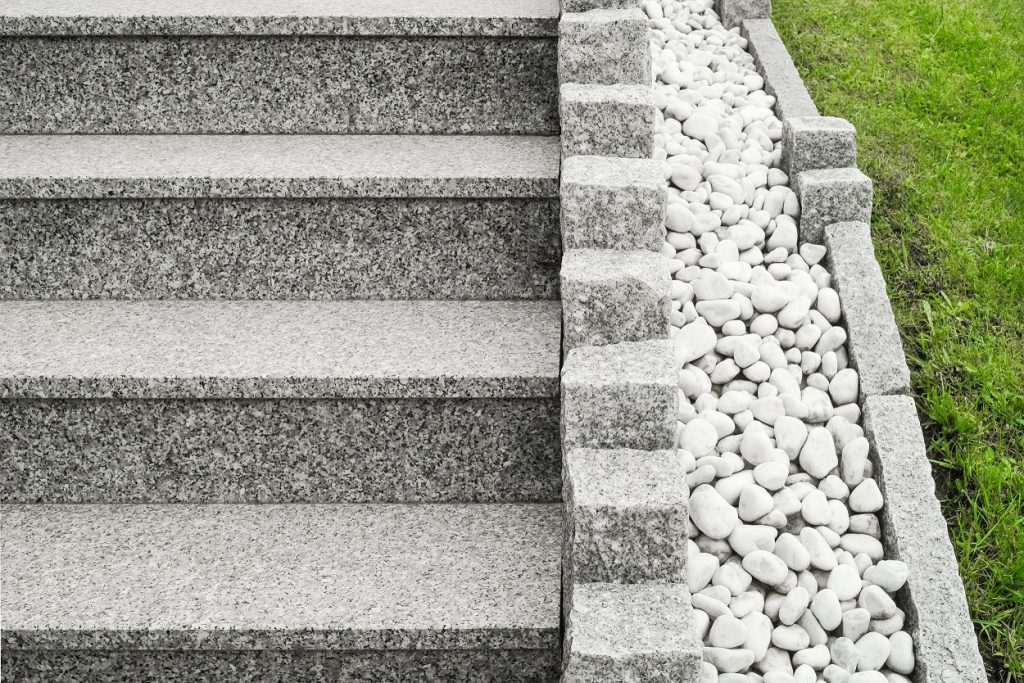 Auch Steine, obwohl ein natürliches Material, dürfen in einem modernen Garten nicht fehlen. Durch verschiedene Techniken können die Steine zweckentfremdet in die Gartengestaltung integriert werden, wie beispielsweise als Sitzmöglichkeiten. (#06)