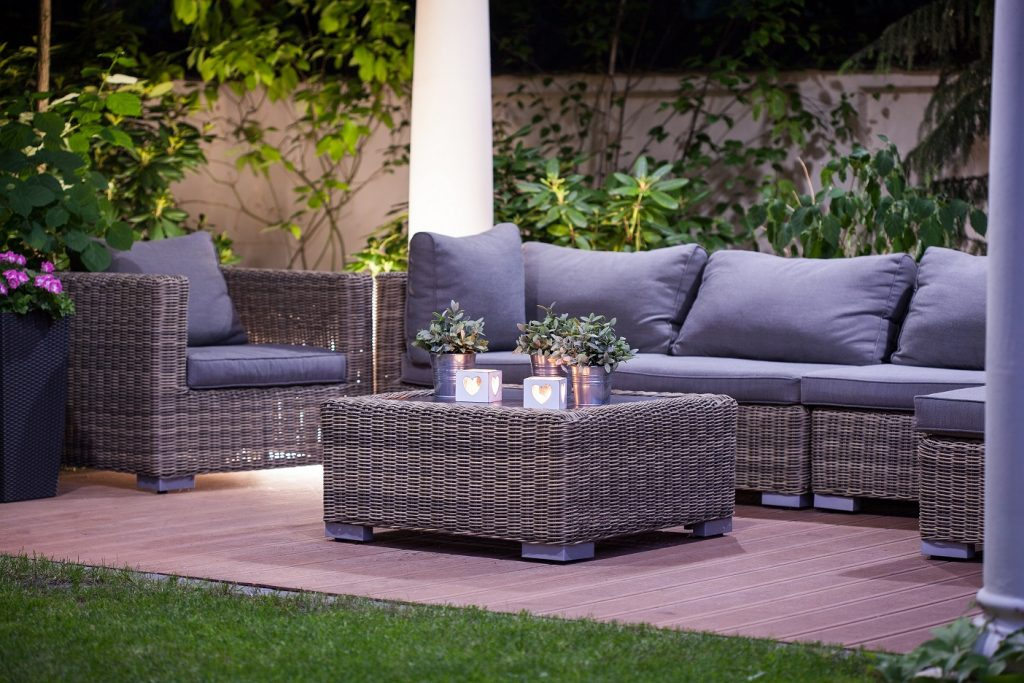Gemütliche Sitzecken dürfen sowohl im Garten als auch auf dem Balkon bzw. der Terrasse nicht fehlen. (#07)