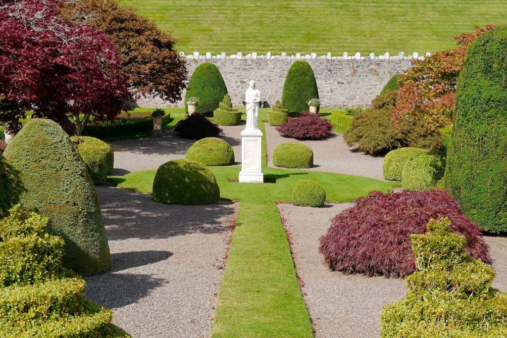 Ein formaler Garten ist schlicht und klassisch und dadurch zeitlos. Die Grundlage dieser schnörkellosen Gartengestaltung ist ein einfaches, geometrisches Design. (#01)