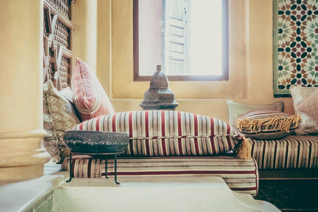 Orientalisch warme Farben, Kissen viel Decken, kuschelig