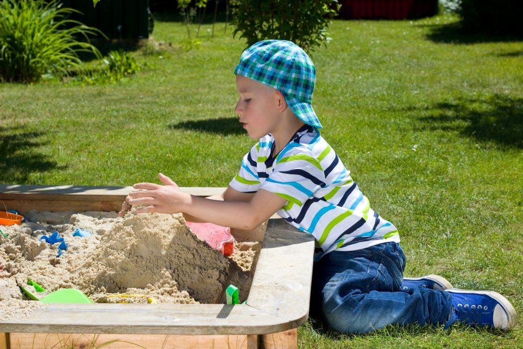 Im Sandkasten spielen kann man auch allein, klar mit anderen Kindern macht es mehr Spass