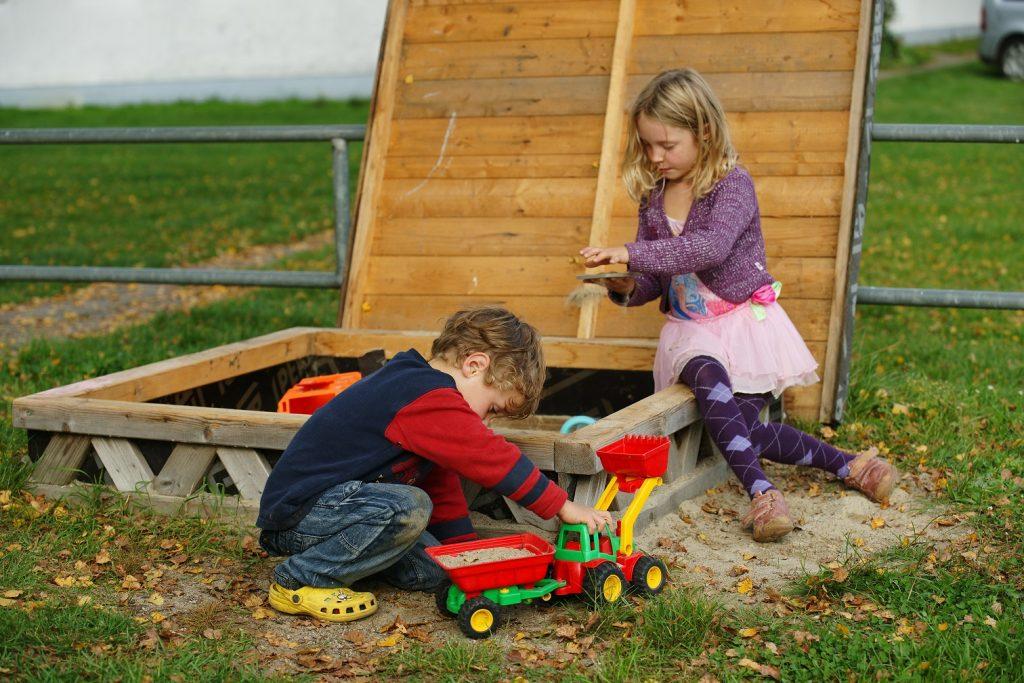 Im Sandkasten spielen eine Beschäftigung für die Kids egal welchen Alters