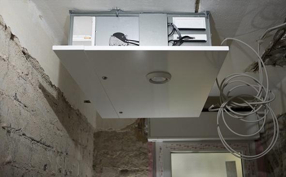 Oft gibt es dezentrale Lüftungsanlagen bzw. -systeme, welche z.B. die verbrauchte Luft aus den Wohnungen bzw. Räumen abführt.