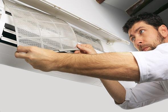 Beim Brandschutz überprüfen die Fachleute, wie z.B. Schornsteinfeger, die Lüftung in Plattenbauten etwa hinsichtlich entzündlicher Ablagerungen.