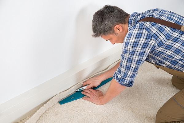Wenn man nichts davon versteht, sollte man besser einen Fachmann den Teppichboden verlegen lassen.
