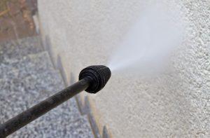 Ist die Hauswand stärker verschmutzt, empfiehlt es sich, diese mit dem Hochdruckreiniger gründlich zu reinigen (#2)