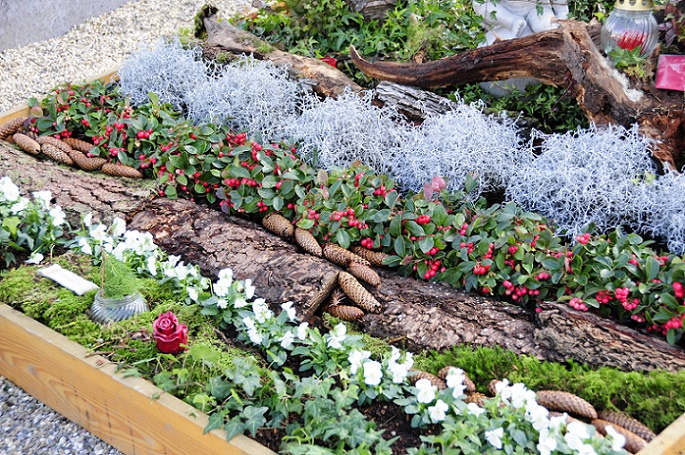 Wie hier auf dem Bild ersichtlich, kann sogar von der Sommerbepflanzung einfach zu dieser neuen Art der Gestaltung übergegangen werden, indem erst einmal noch die echten Blumen integriert werden. (#04)
