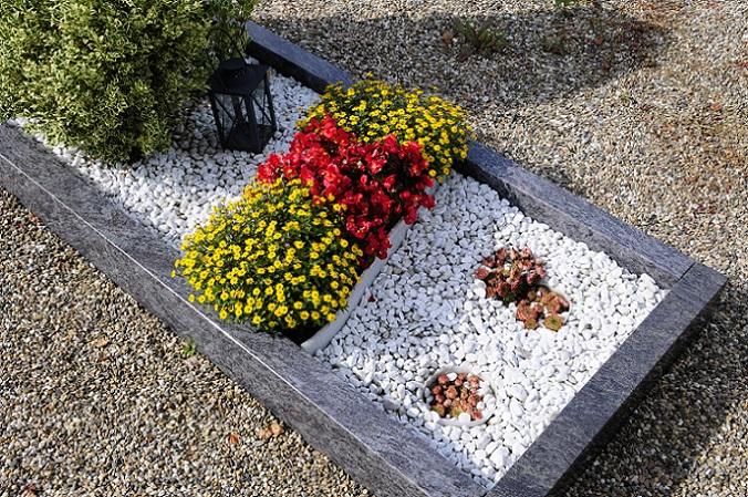 Die bunten Farben der Blumen werden hier sehr schön mit den eher zurückhaltenden Kieseln kombiniert und ergeben einen schönen Blickfang auf jedem Friedhof. (#07)