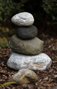 DIY-Steinmännchen beleben den Garten stärker, als man denkt. Dieser Steinmann hier wurde nicht bemalt, doch sind ihren kreativen Kräften hier keine Grenzen gesetzt. (#4)