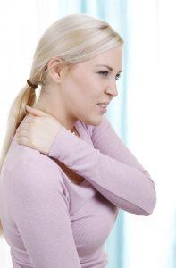 Zugluft kann zu Beeinträchtigungen des Wohlbefindens unterschiedlichster Art führen. Verspannungen, ein steifer Nacken und Schmerzen in Rücken oder Schulter gehören zu den bekanntesten Auswirkungen. (#1)