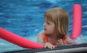 Auch die gute alte Schwimmnudel kann als Zugluftstopper herhalten. (#2)