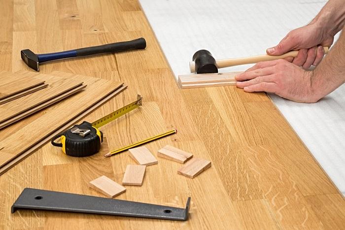 Fertig- oder Mehrschichtparkett besteht aus Dielen, die bereits verlegefertigt geliefert werden. Hierfür braucht es keinen Profi und jeder mittelmäßig begabte Hobbyhandwerker ist dazu in der Lage. (#02)