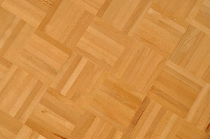 Das Mosaikparkett gehört zu den klassischen Parkettarten und kommt mit einer Dicke von etwa acht Millimetern aus – damit ist es deutlich dünner als andere Arten von Parkett. (#07)