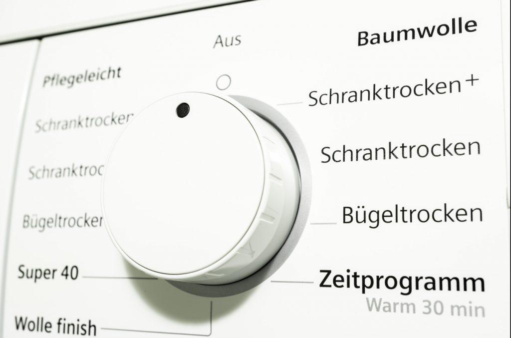 Wer mit seinem Wärmepumpen-Trockner Energie sparen möchte, sollte bereits beim Kauf auf die Energieeffizienzklasse des Geräts achten. Geräte mit der Energieeffizienzklasse A+++ sparen die meiste Energie. (#3)