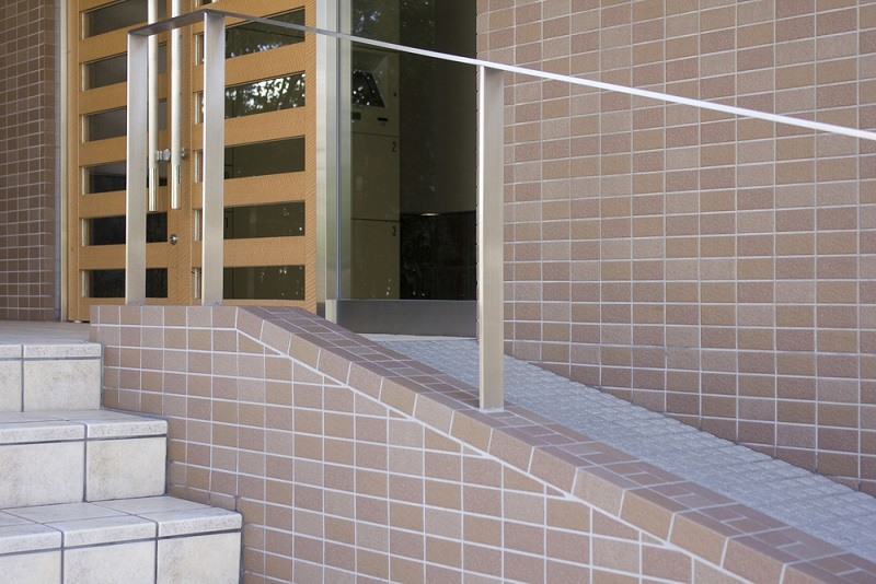 Auch barrierefreie Türen und Fenster, sind ein elementarer Bestandteil in einem auf Selbstständig- und Unabhängigkeit ausgerichteten Zuhause für Ältere oder Kranke. (#05)