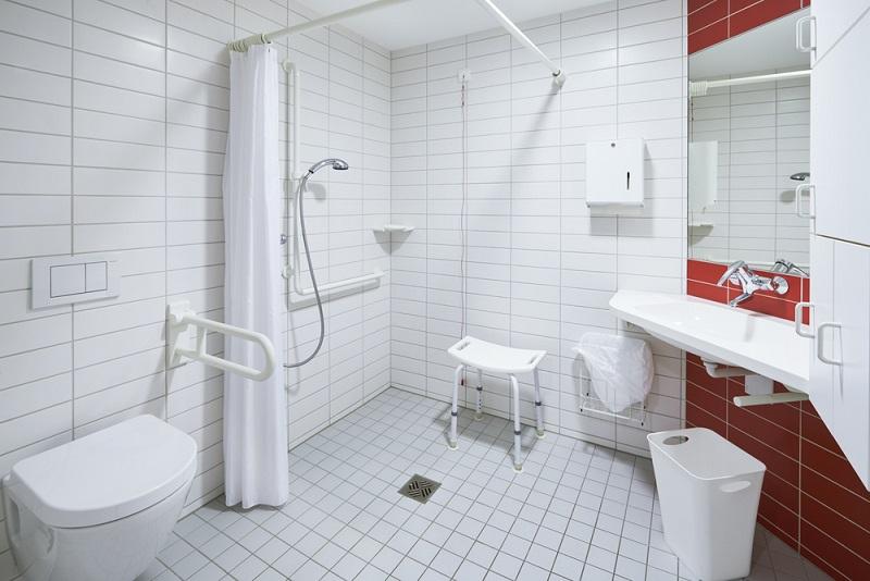Meist sind es die Sanitäranlagen, die größere Umbaumaßnahmen erforderlich machen. Und oft auch ins Geld gehen. Eine der wichtigsten: dem Betroffenen die Möglichkeit geben, eigenständig und fremde Hilfe in die Dusche oder Badewanne zu gelangen. (#04)