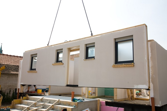 Der Bau von Häusern mit bereits vorgefertigten Elementen hat in den letzten Jahren an Interessenten gewonnen und die Anzahl der gebauten Häuser nimmt zu. Dies hängt damit zusammen, dass bei einem Fertighaus eine energieeffiziente Bauweise problemlos umsetzbar ist. (#02)