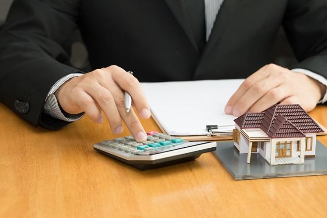 Bereits ein Blick auf die Höhe der Zinskosten macht deutlich, was für einen Einfluss das Eigenkapital haben kann. Interessant ist dabei natürlich die Frage, wie viel Eigenkapital für den Hauskauf eigentlich benötigt wird. Das hängt von der Immobilie ab. (#02)