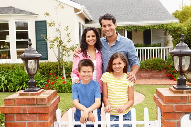 Neben den Möglichkeiten, sich Geld von der Familie zu leihen oder zusätzlich einen Privatkredit aufzunehmen, bleibt auch noch der Punkt, weiter zu sparen. Auch wenn die Zinsen gerade günstig sind, bedeutet dies nicht, dass man seinen Wunsch vom Haus unbedingt durchsetzen muss, auch wenn dies finanziell gar nicht möglich ist. (#05)