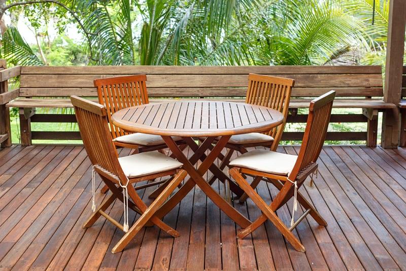 Gartenmöbel aus Holz gibt es in den unterschiedlichsten Ausführungen. Gerade hochwertiges Holz, wie zum Beispiel Teak, wird oftmals nicht lackiert geliefert, sondern nur geölt. Um das Holz auf die kommende Sonneneinstrahlung vorzubereiten, kann mit einem speziellen Möbelöl gearbeitet werden. (#02)