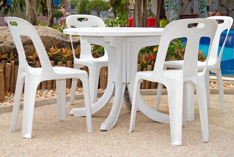 Jedes Material hat andere Bedürfnisse – so ist es logisch, dass Kunststoffstühle nicht mit einer Möbelpolitur für Holzmöbel eingerieben werden können. Aus diesem Grund sollten Sie immer zu Pflegemitteln für das jeweilige Material greifen. (#01)